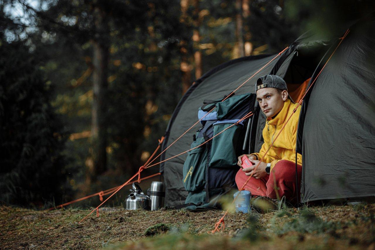 mand laver mad i et telt