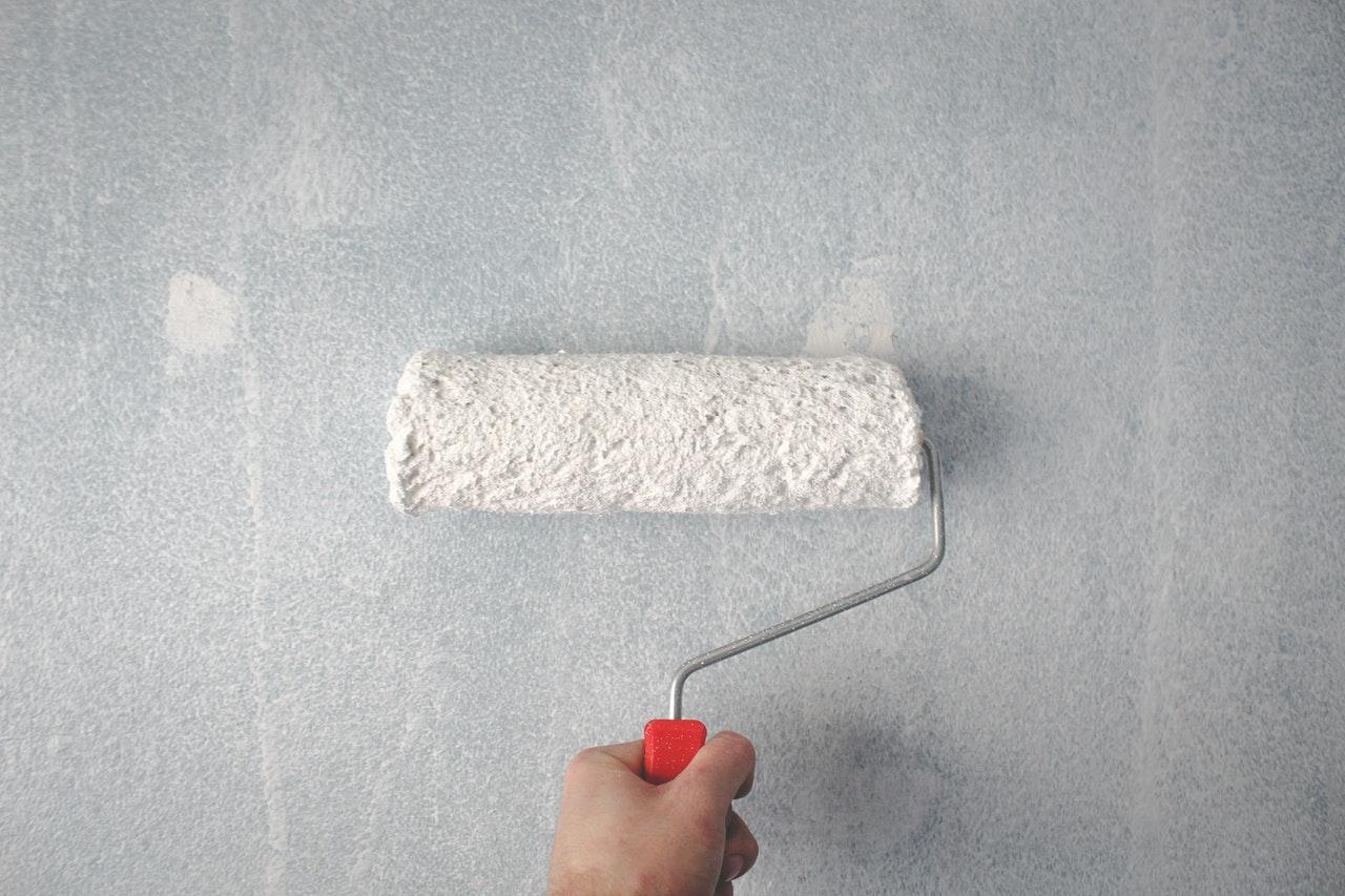 Stor rulle maler væg hvid