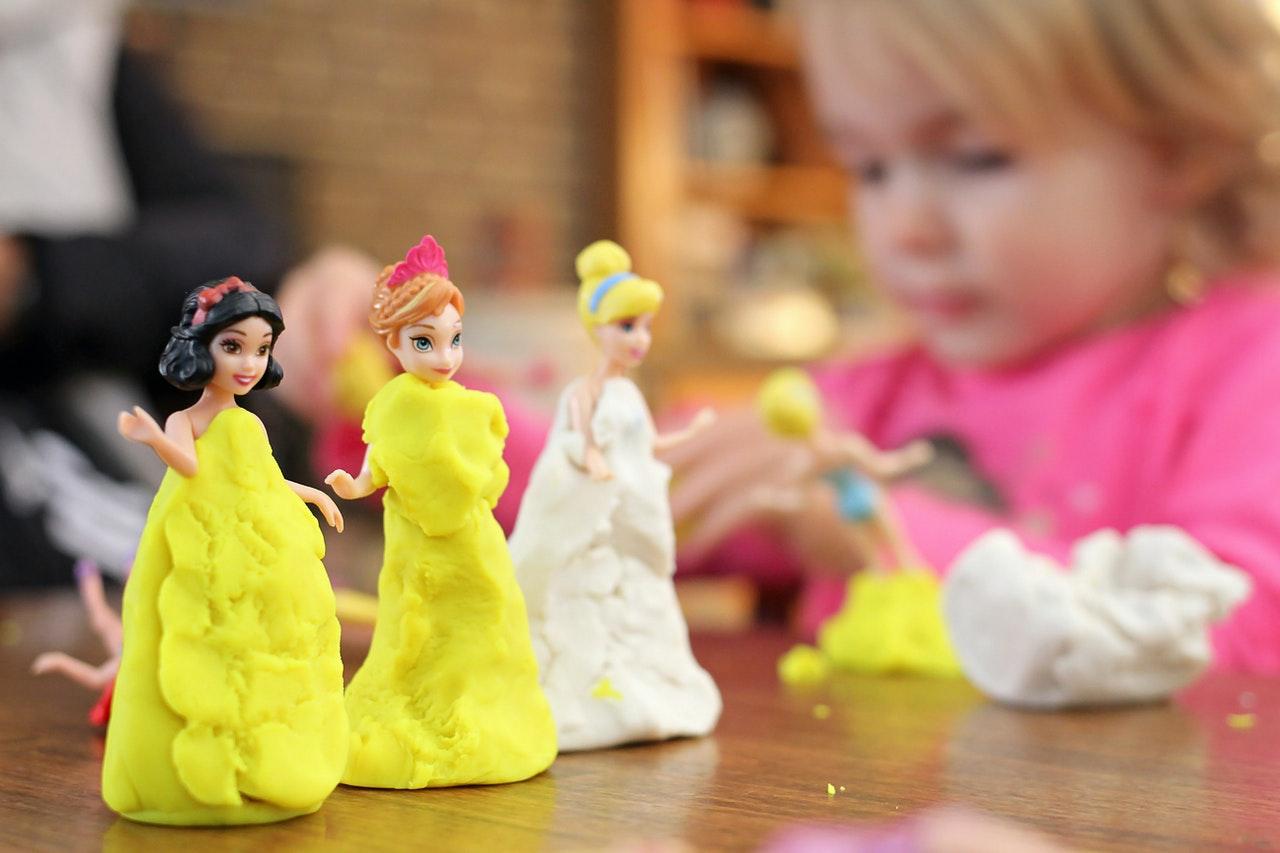 barn leger med modelervoks