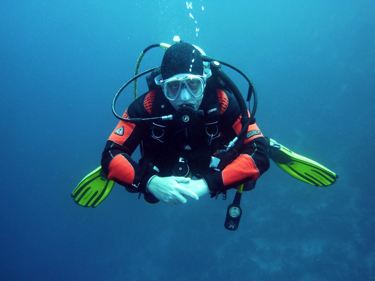 Dykker er under vandet med dykkerudstyr